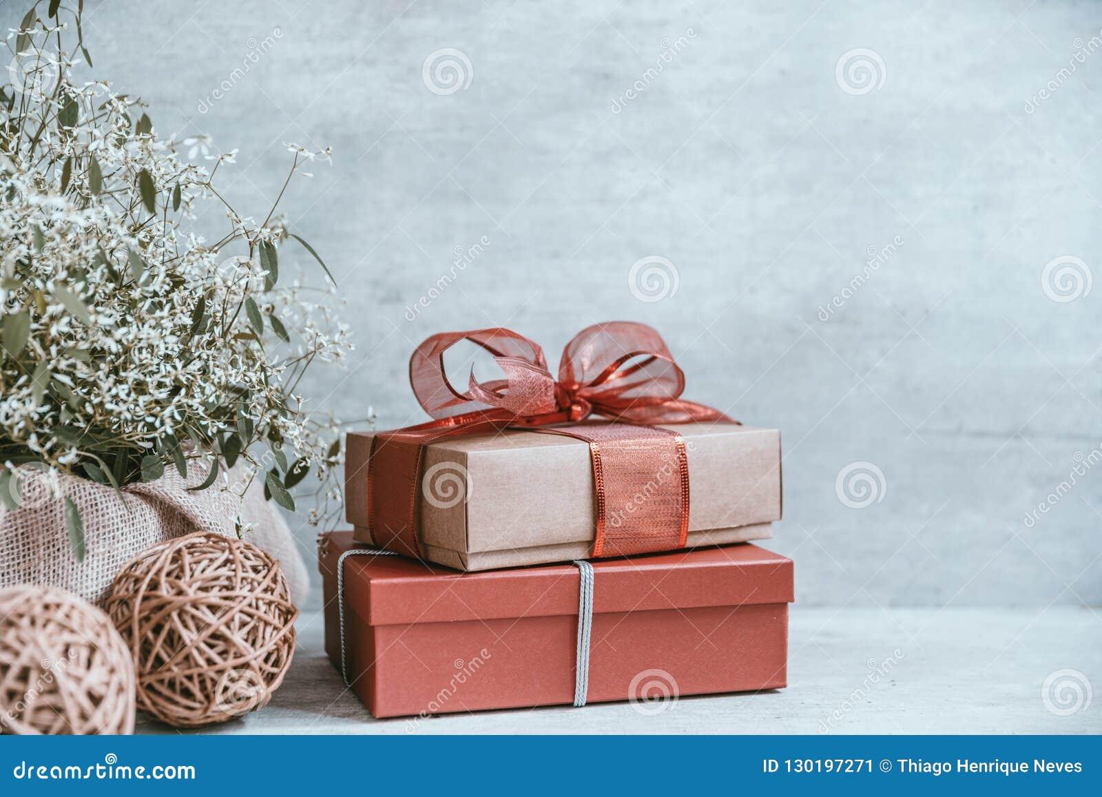 Fondo hermoso de la Navidad con las decoraciones y las cajas de regalo o