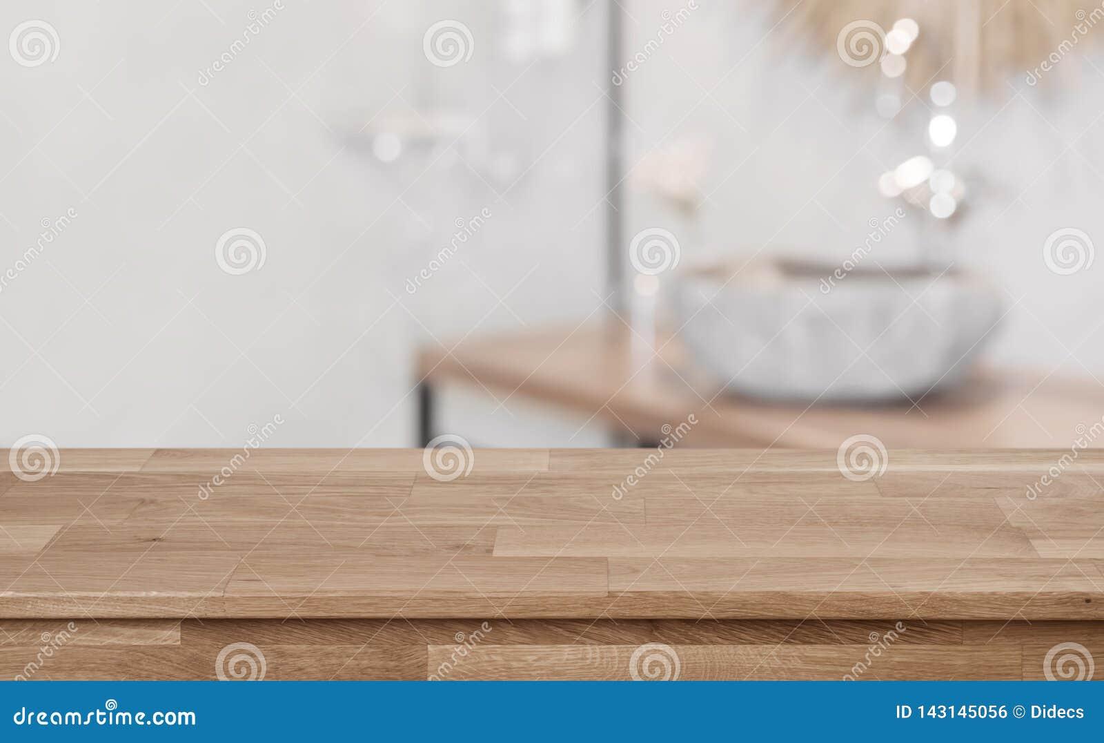 Fondo interior del cuarto de baño Defocused con la sobremesa de madera en frente