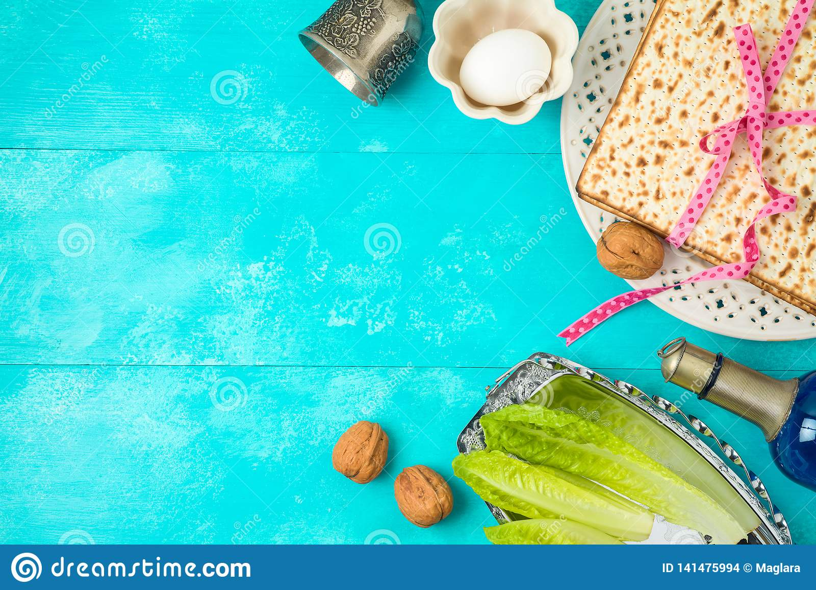 Fondo judío de la pascua judía del día de fiesta con el matzo, la placa del seder y el vino en la tabla de madera