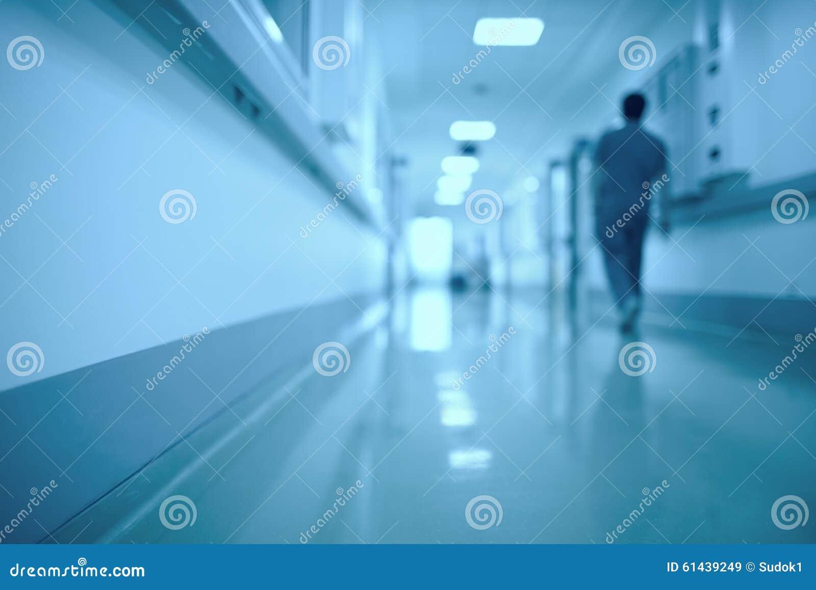 Fondo medico vago Figura umana commovente nel corridoio dell ospedale