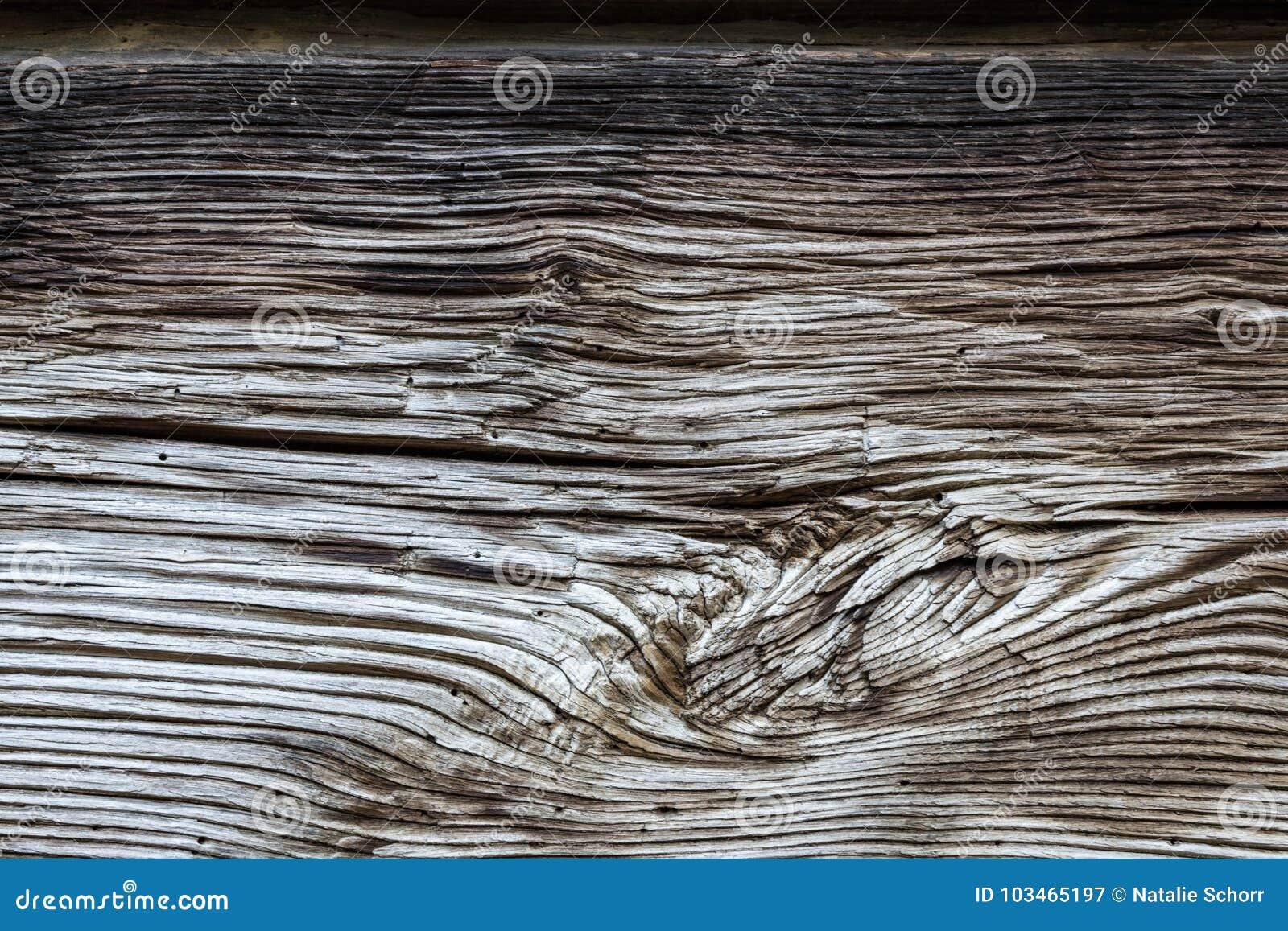 Fondo molto vecchio del fascio di legno con il fascio spaccato ondulato del grano a disposizione