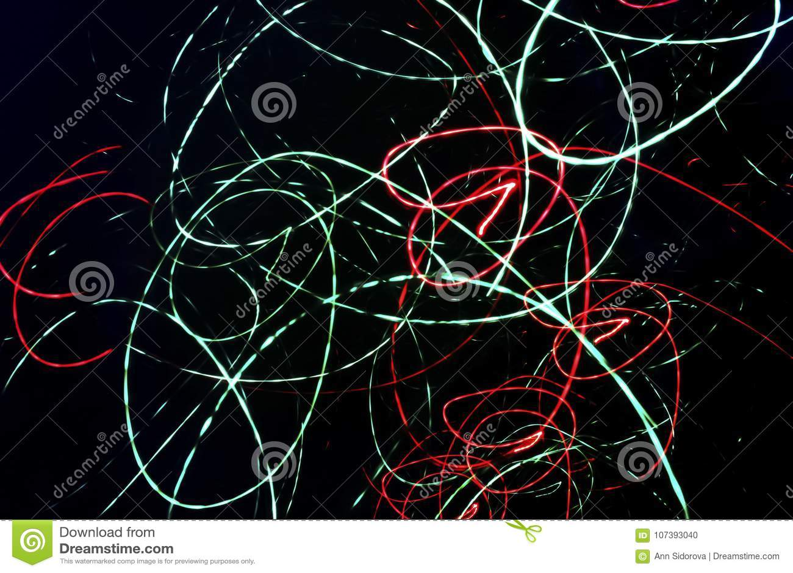 Fondo nero astratto con le linee a spirale caotiche al neon