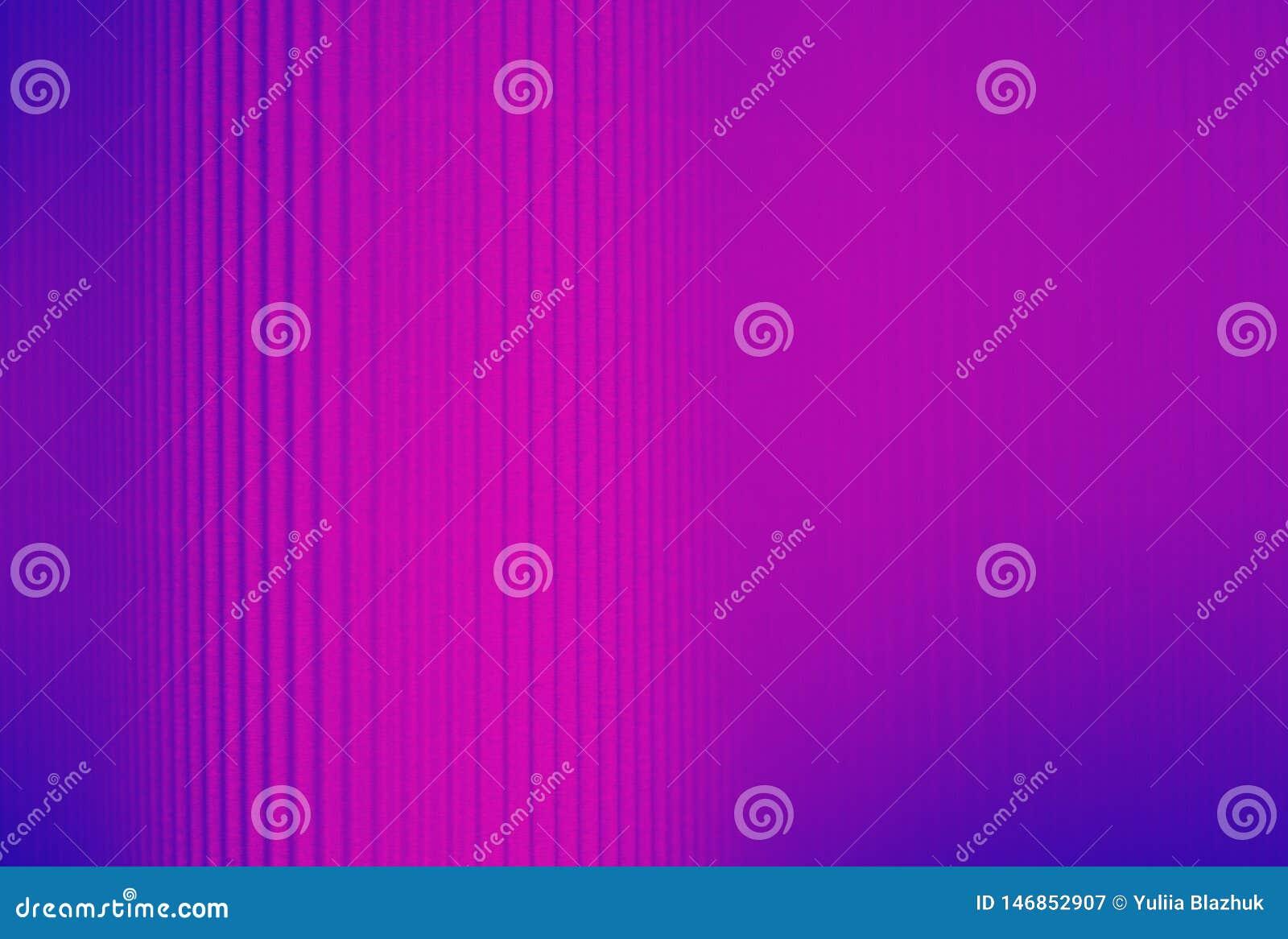 Fondo rayado púrpura y azul de neón hecho del papel