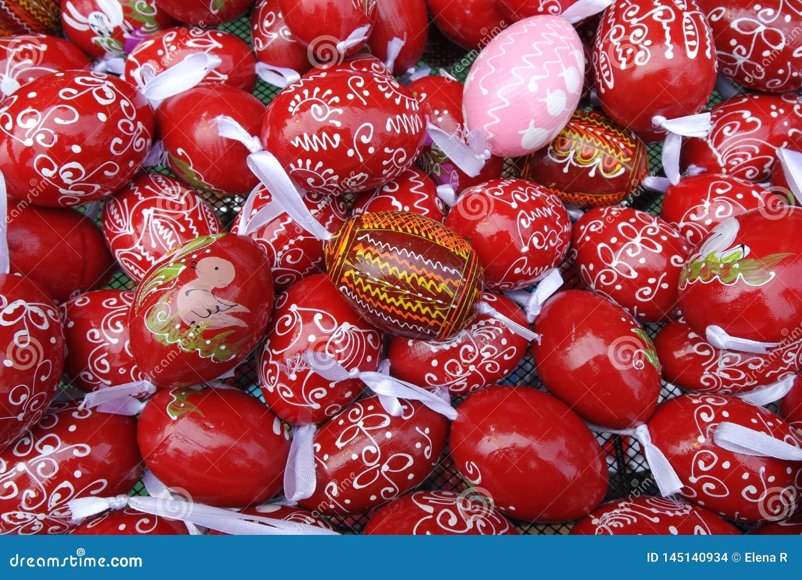 Fondo rojo y rosado de los huevos de Pascua del modelo