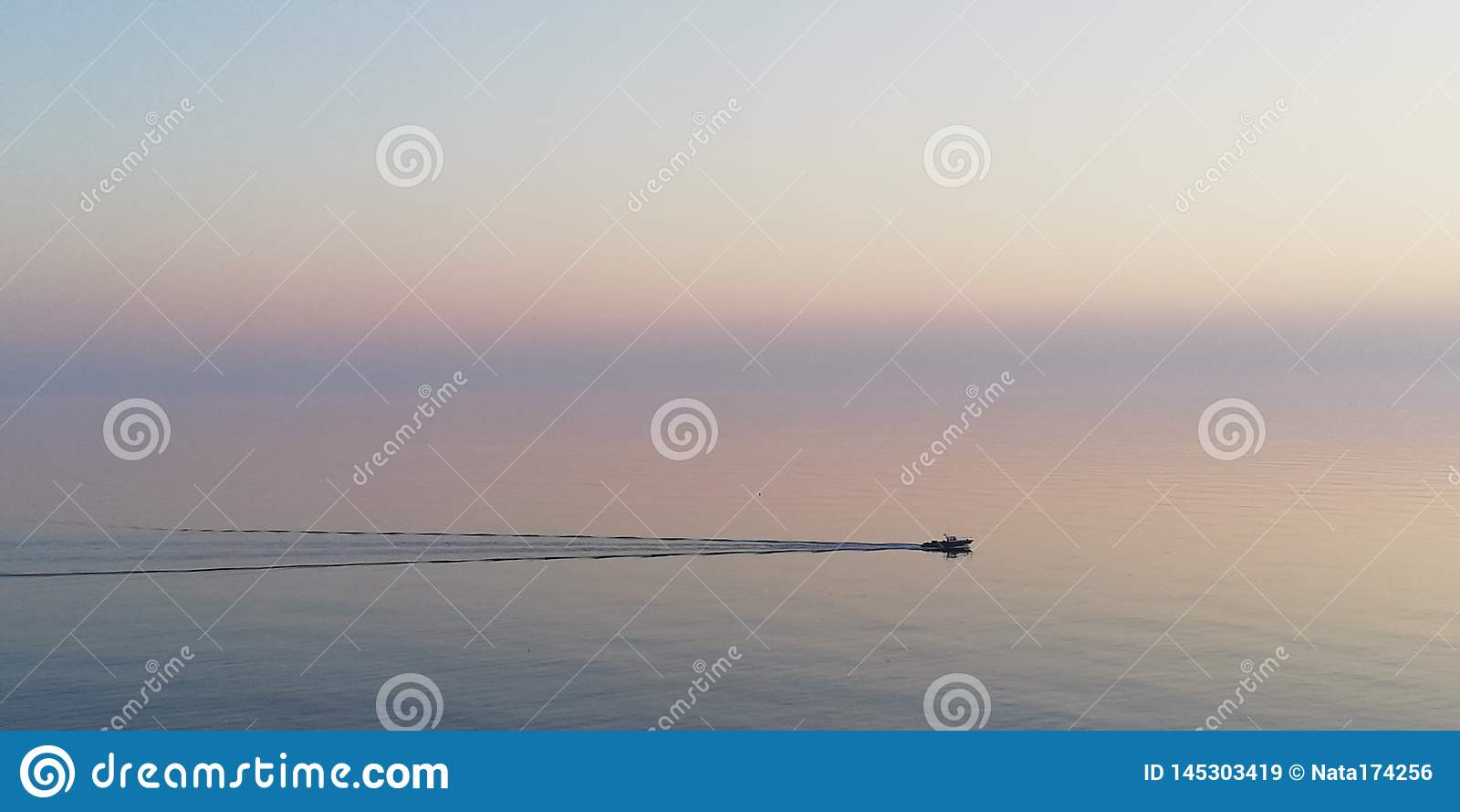 Fondo Soledad filosófica contemplativa contra el contexto de una puesta del sol mística del mar