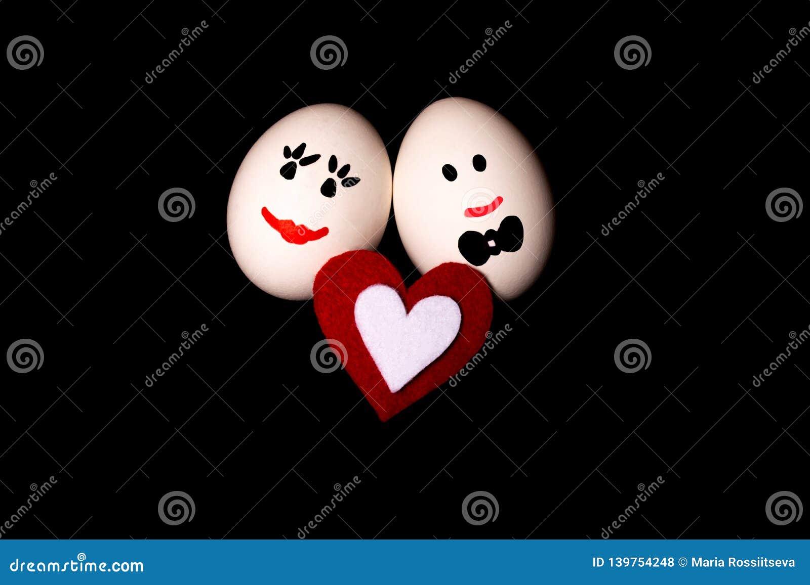 Fondo sonriente cariñoso del negro de dos huevos n