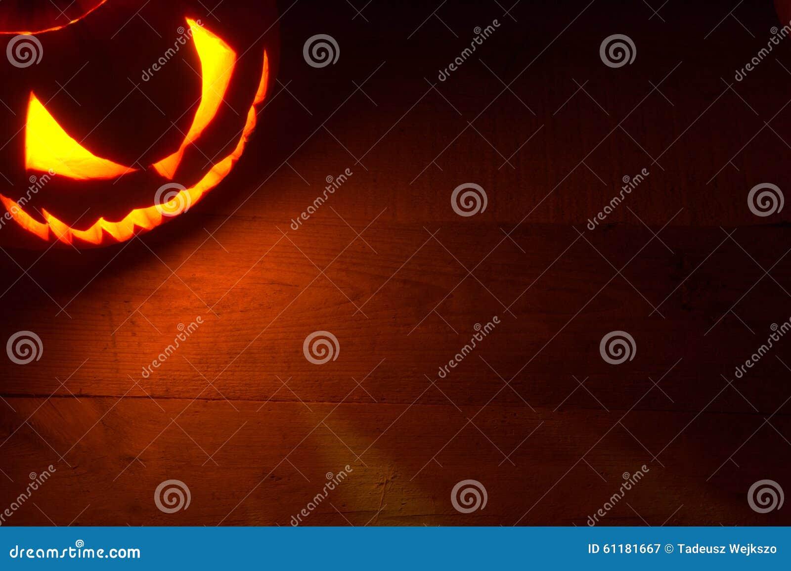 Fondo spettrale di Halloween con il fronte diabolico della lanterna della presa o nell angolo