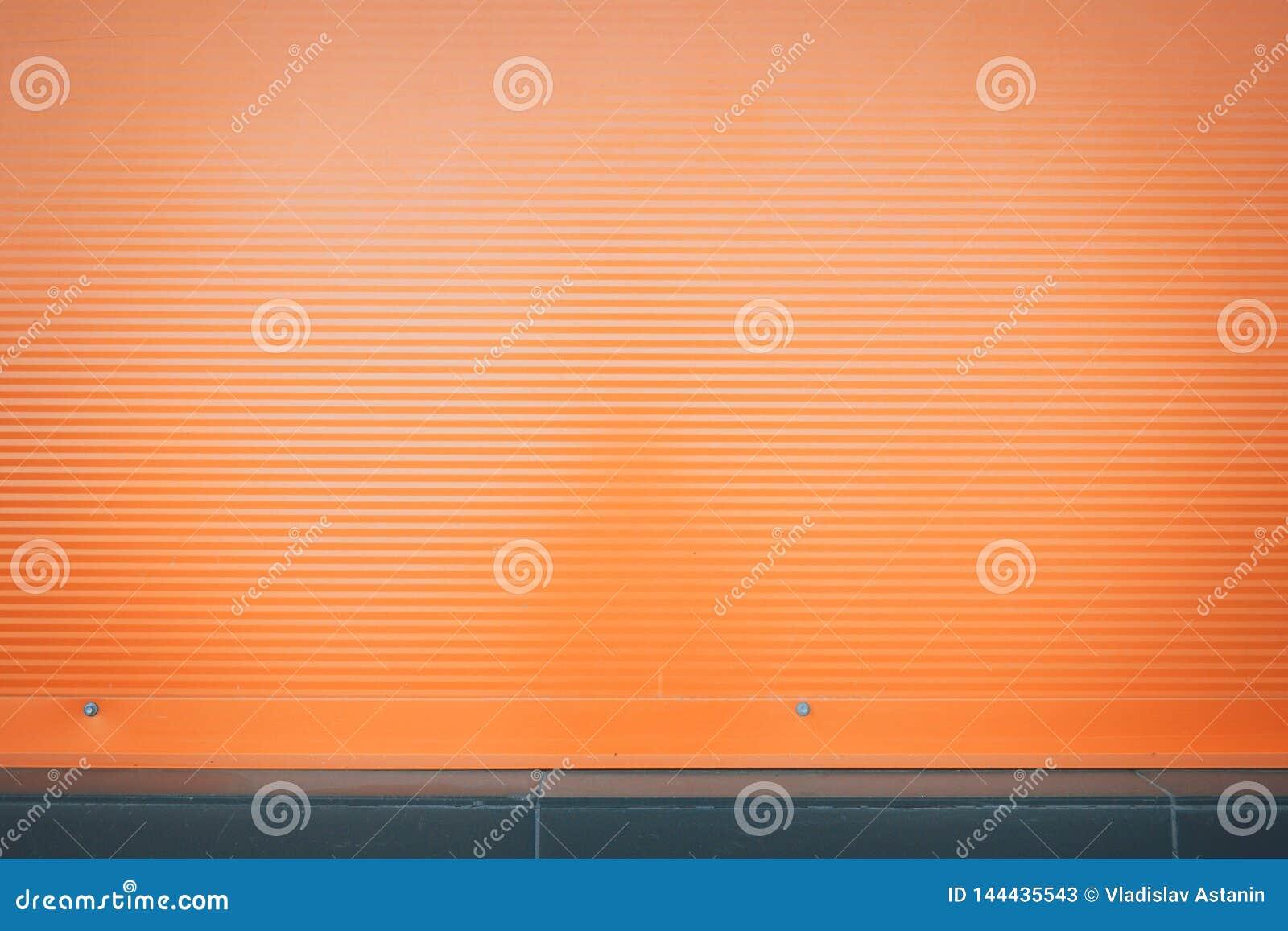 Fondo a strisce orizzontale arancio con le ombre dai lati