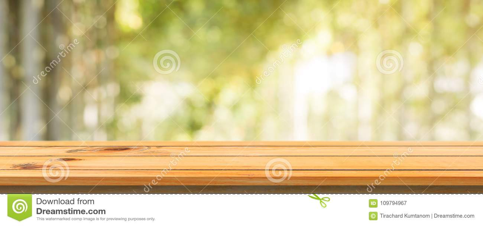Fondo vago tavola vuota del bordo di legno Tavola di legno marrone di prospettiva sopra il fondo della foresta degli alberi della
