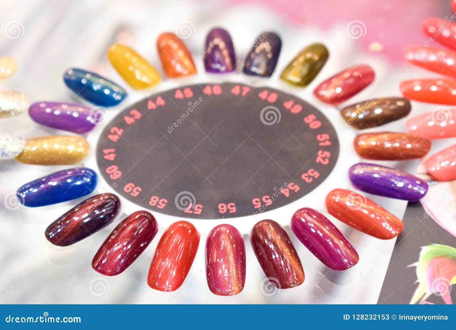Fondo variopinto differente della tavolozza del manicure della lucidatura di unghie Campioni degli smalti per unghie Chiodo falso
