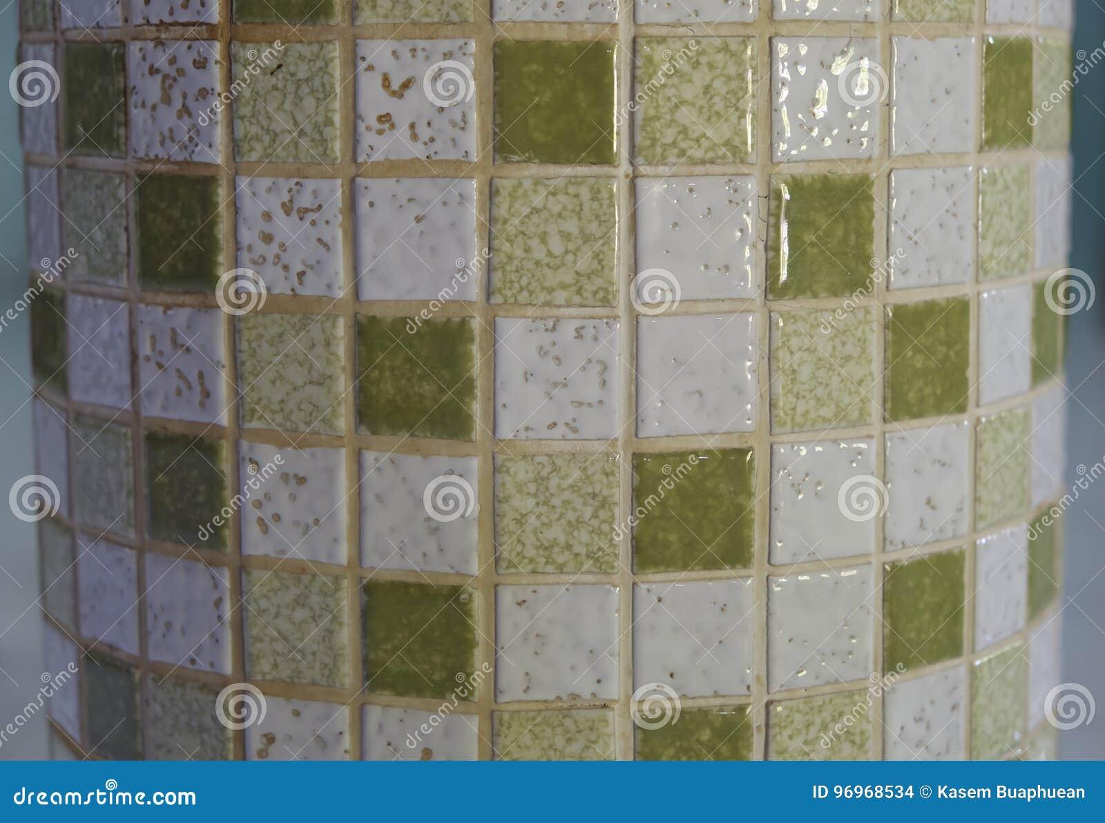 Fondo verde e bianco del mosaico delle piastrelle di ceramica