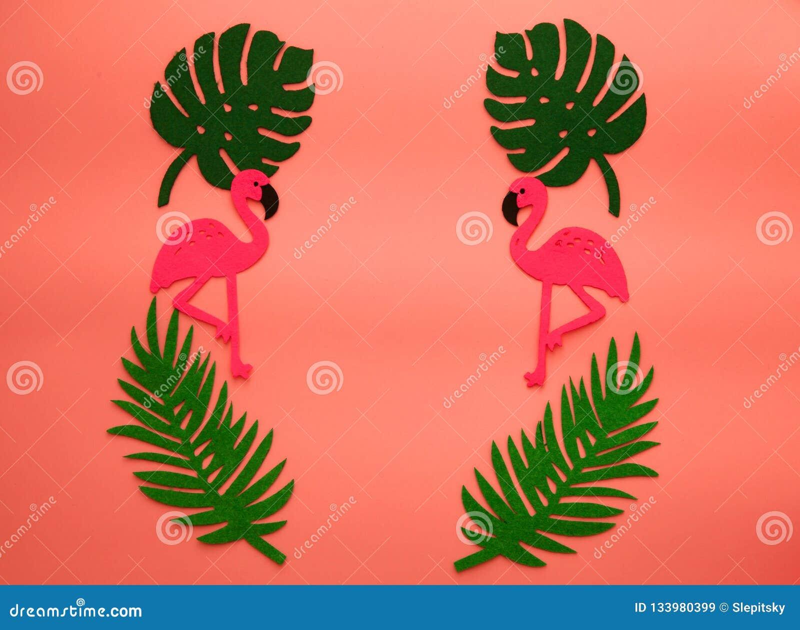 Fondo vivente di corallo di estate di tendenza con il fenicottero e le foglie di palma Colore dell anno 2019 Concetto di Flatlay
