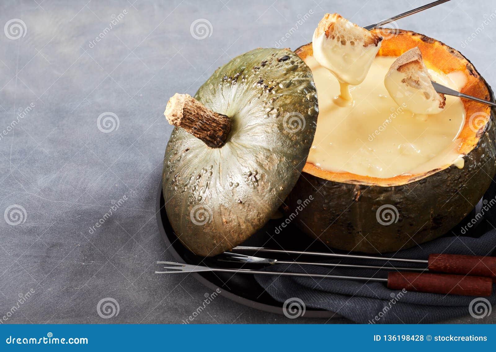 Fonduta di formaggio cremosa per intrattenere