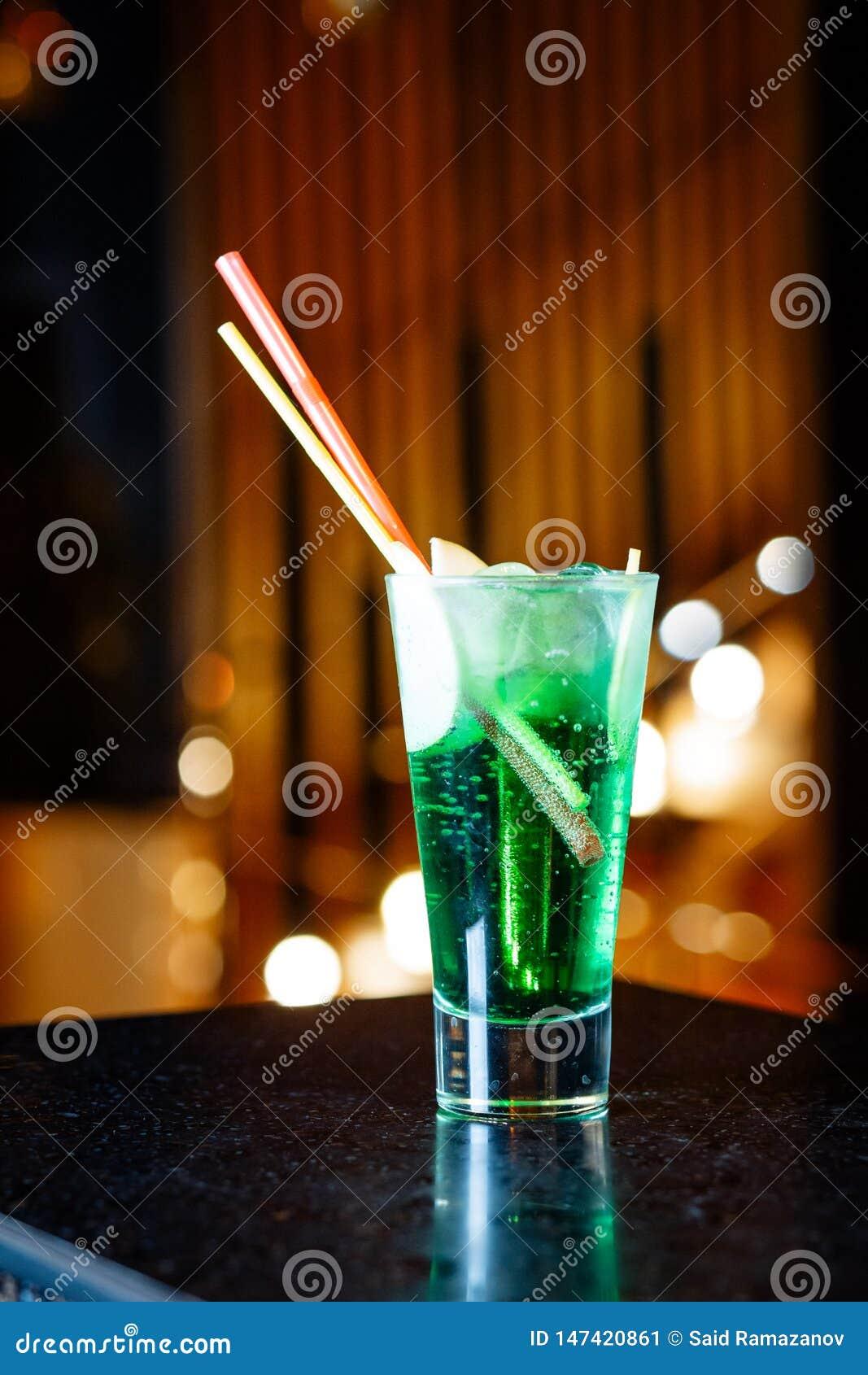 Fonkelende groene cocktail met fruit in een glas