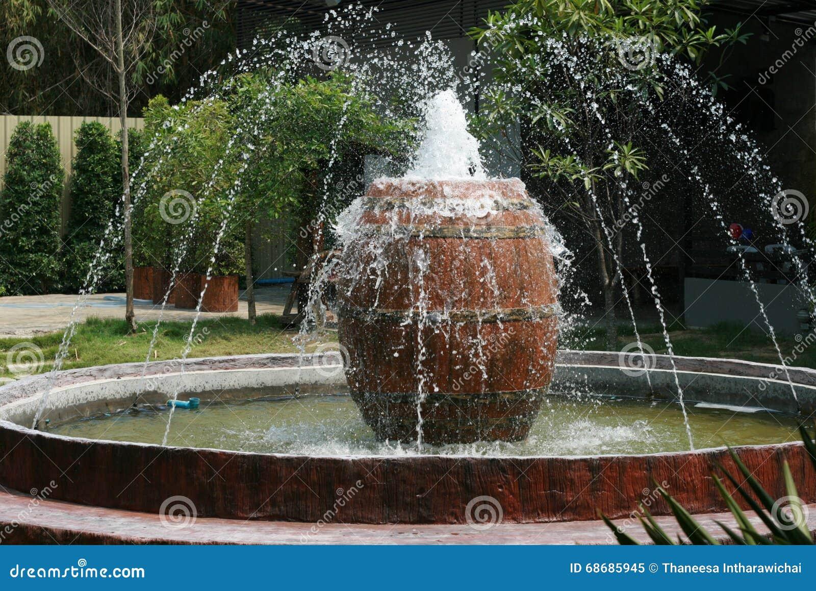Fontaine avec le grand pot dans un jardin photo stock image 68685945 - Grand pot de jardin ...