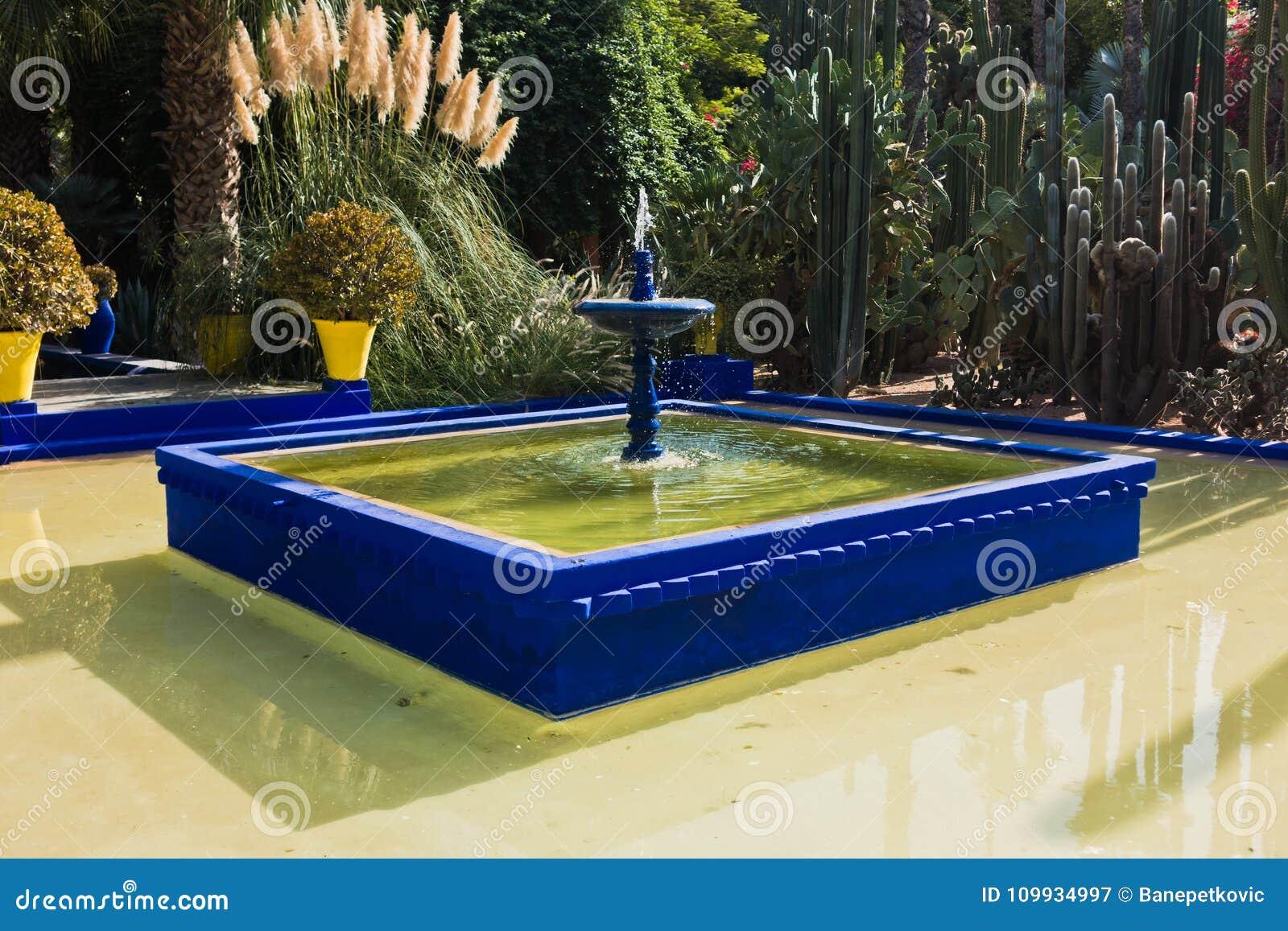 Fontaine avec une petite piscine au coucher du soleil dans for Piscine dans le jardin