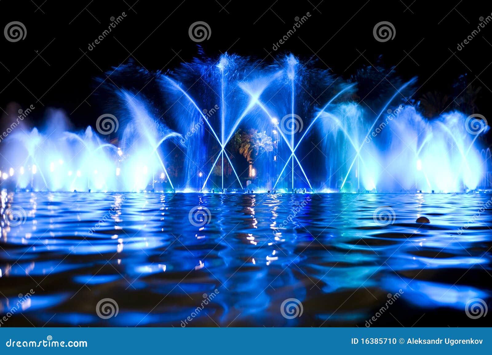 Fontaine colorée dans la nuit