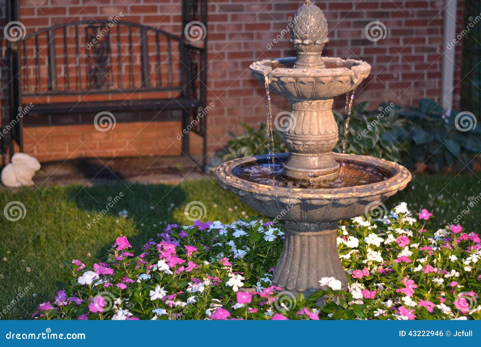 fontaine d 39 eau la maison d corative dans un lit des fleurs photo stock image du cour rose. Black Bedroom Furniture Sets. Home Design Ideas
