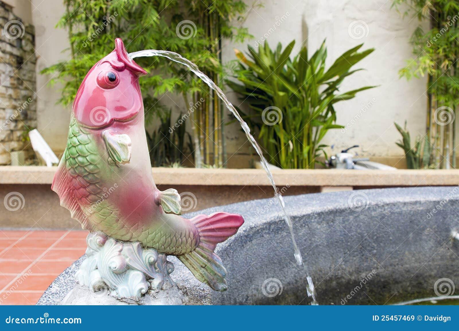 Fontaine d 39 eau de statue de poissons de koi images libres for Statue fontaine de jardin