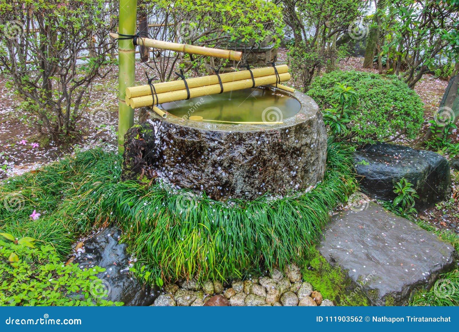 Fontaine D\'eau De Tsukubai Dans Le Jardin Japonais à Kita-dans Le ...