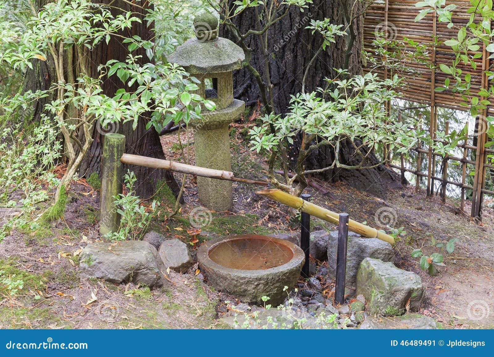 Fontaine d 39 eau de tsukubai et lanterne de pierre dans le for Fontaine a eau de jardin