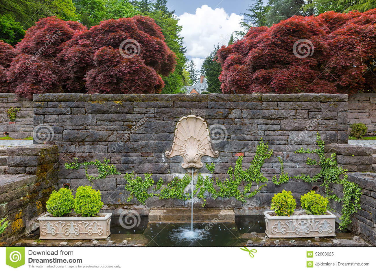 Fontaine d 39 eau principale de dauphin dans le jardin de la for Jardin renaissance