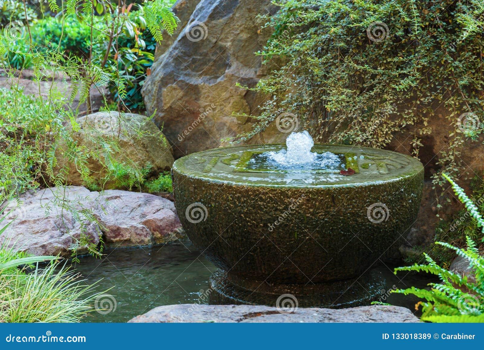 Fontaine Dans Le Jardin Japonais à Monte Carlo Image stock - Image ...