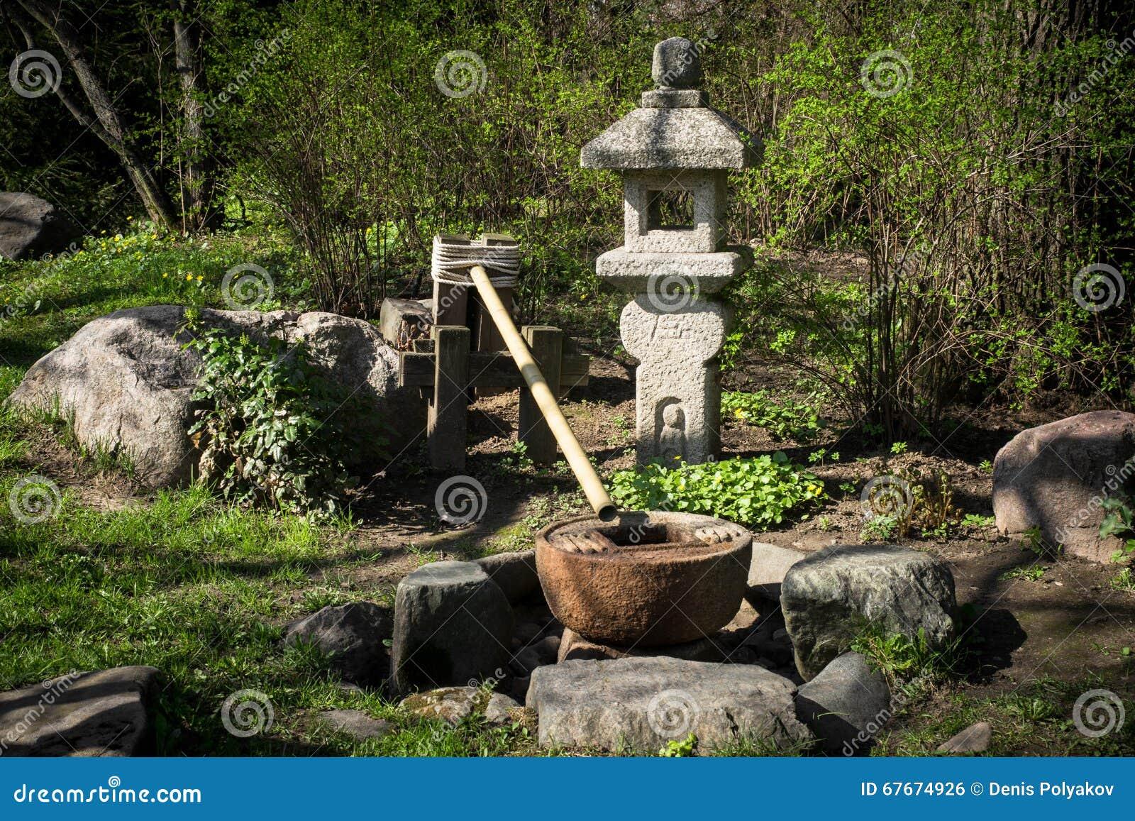 fontaine dans le jardin japonais photo stock image 67674926. Black Bedroom Furniture Sets. Home Design Ideas