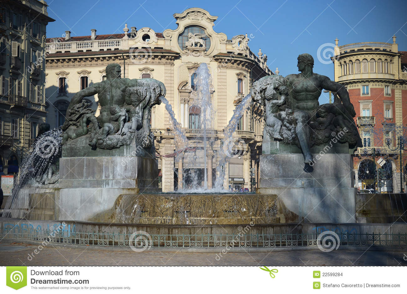 Fontaine dans piazza solferino turin italie images stock for Dans italien