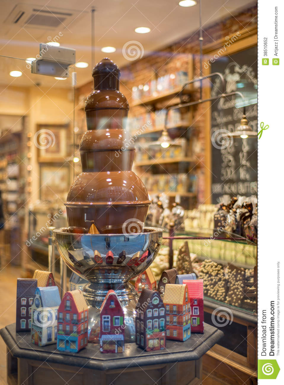 fontaine de chocolat dans la boutique de la belgique photo stock image du humain people 38510652. Black Bedroom Furniture Sets. Home Design Ideas