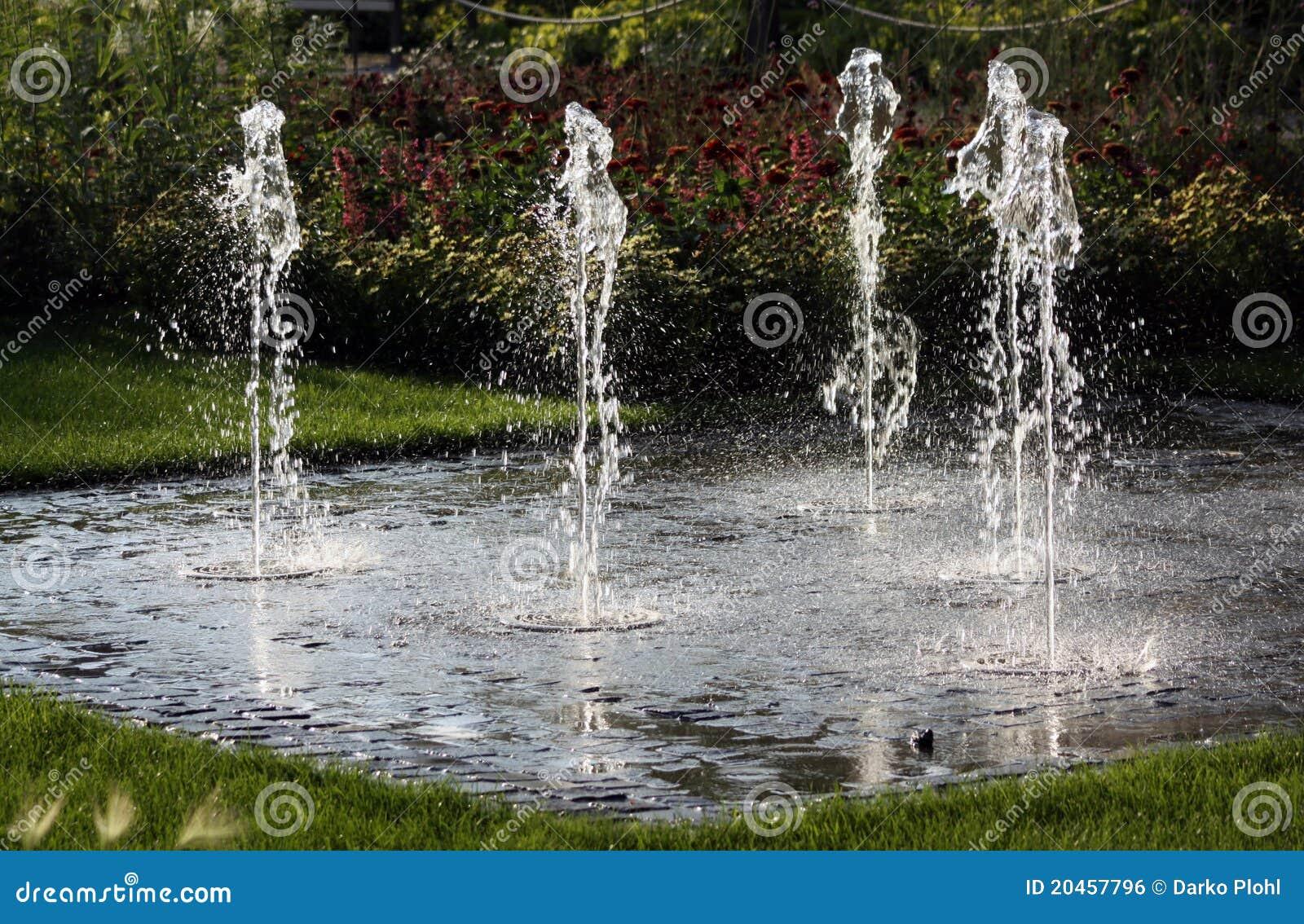 Fontaine de jardin de pi ce de l 39 eau image libre de droits for Fontaine a eau de jardin