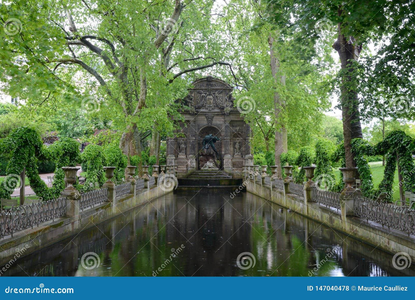 Photo Fontaine De Jardin fontaine de medicis, jardin du luxembourg, paris stock photo