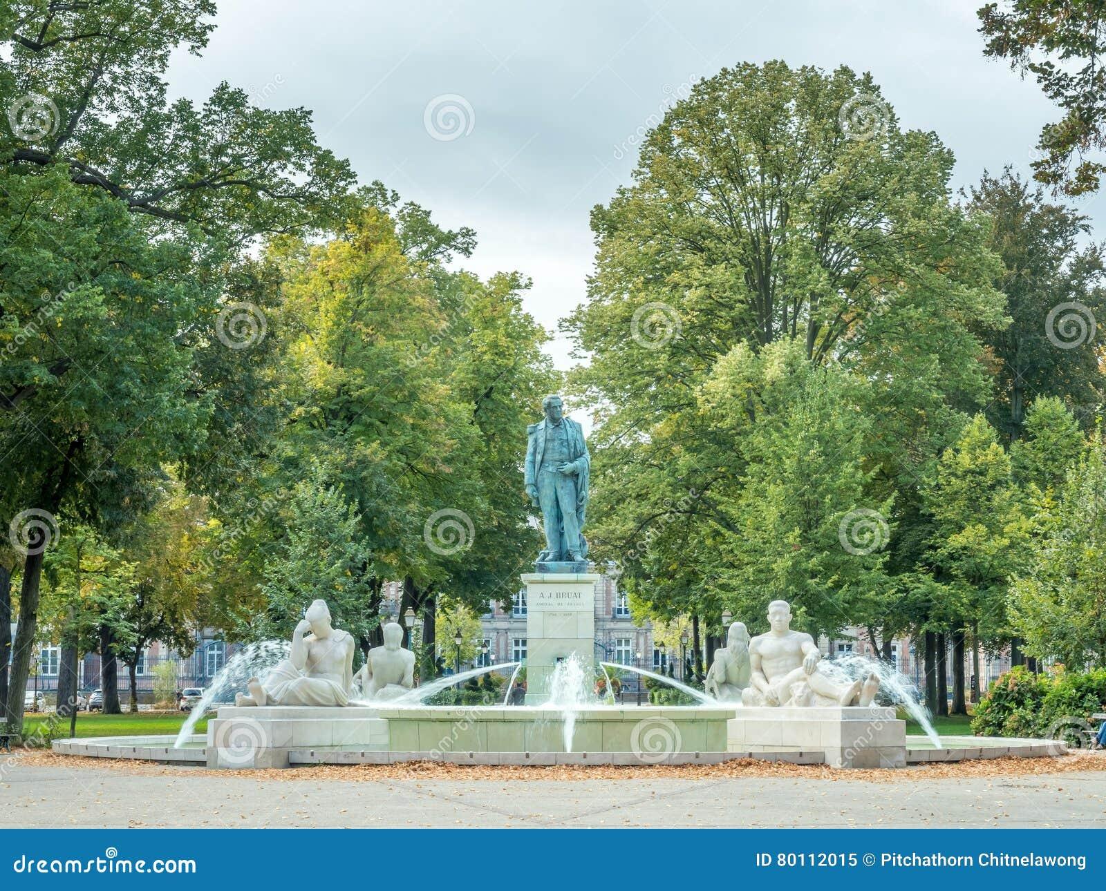 Fontaine De Parc De Champ De Mars Image éditorial - Image du nuageux ...