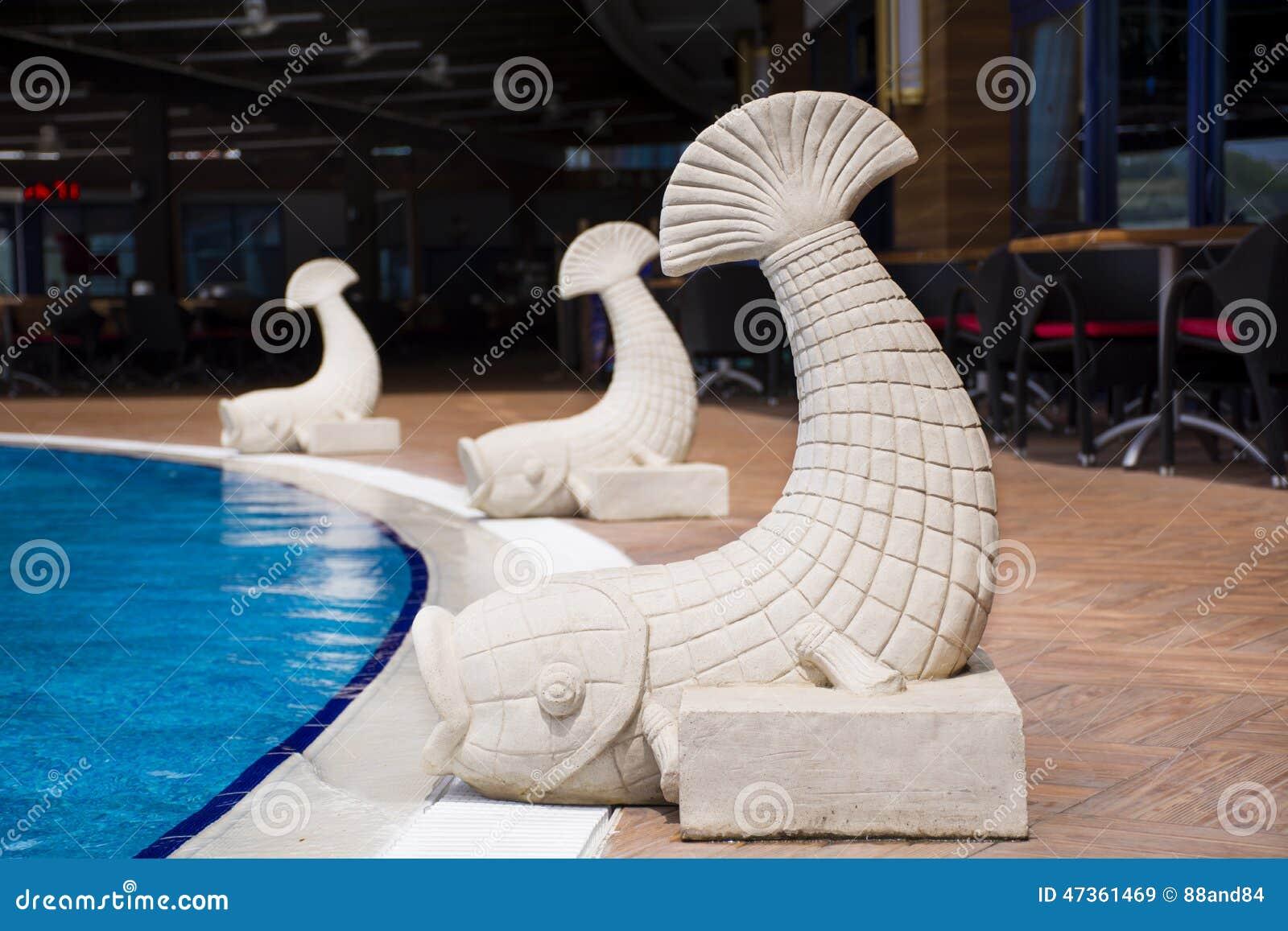 Fontaine de poissons sur une piscine photo stock image for Fontaine pour piscine