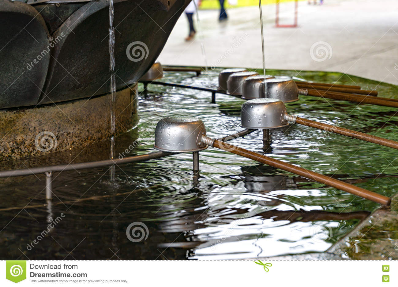Fontaine de purification de Chozuya Tombeau de Shinto de Japonais