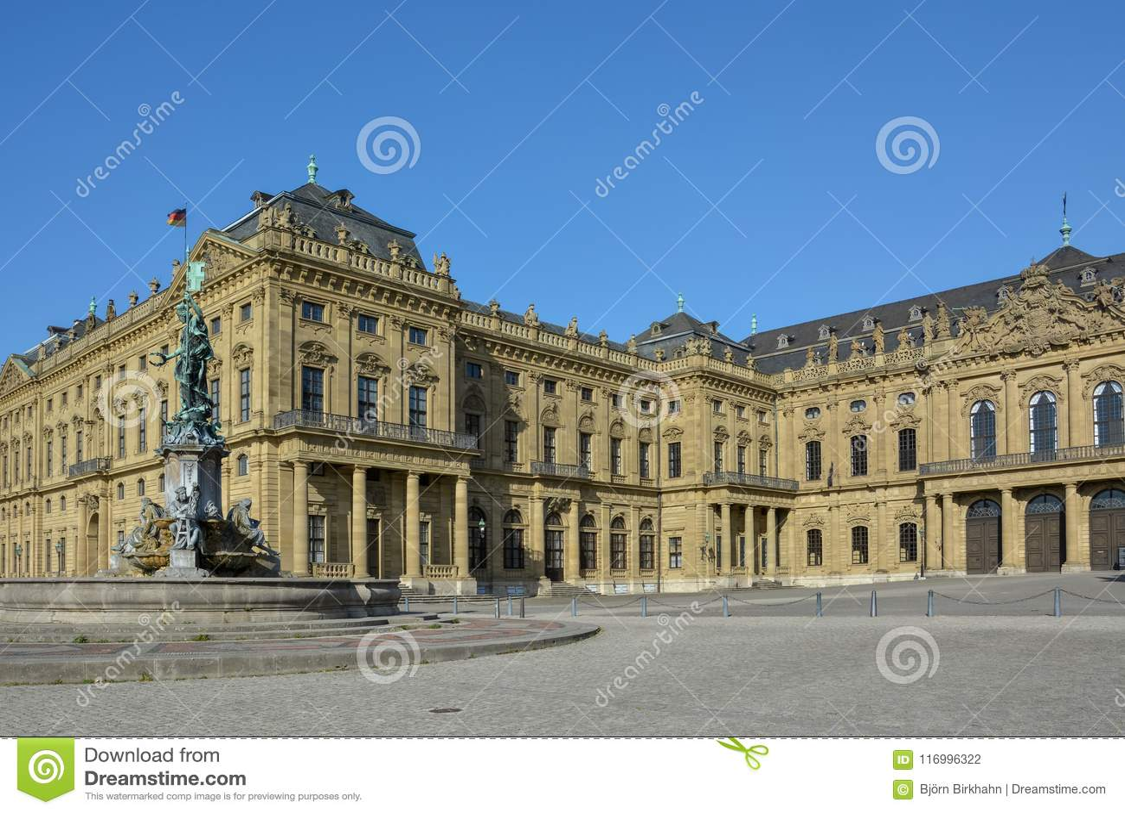 Fontaine devant la résidence de Wurtzbourg un jour ensoleillé
