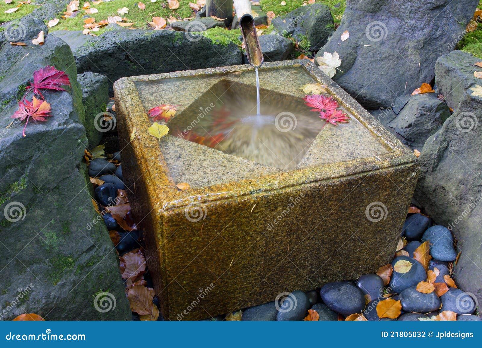 Fontaine en bambou japonaise avec le bassin en pierre photographie stock image 21805032 - Fontaine en bambou ...