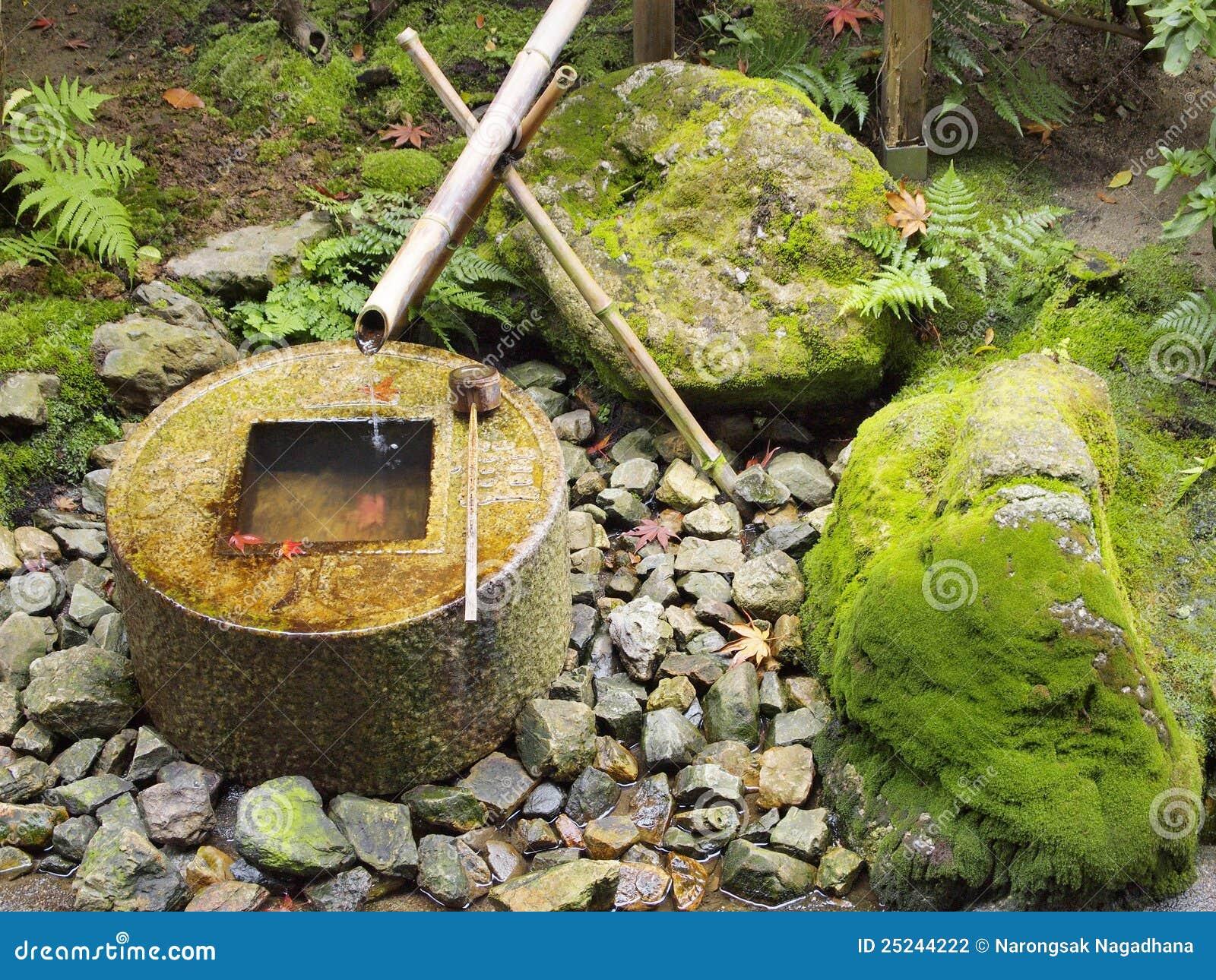 Fontaine en bambou traditionnelle japonaise photo stock image 25244222 - Fontaine en bambou ...