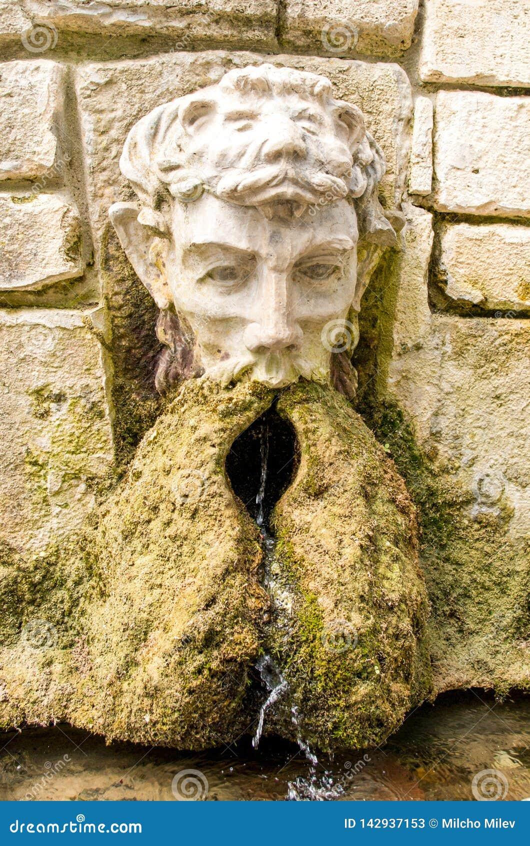Fontaine en pierre antique Fontaine avec la tête de l homme