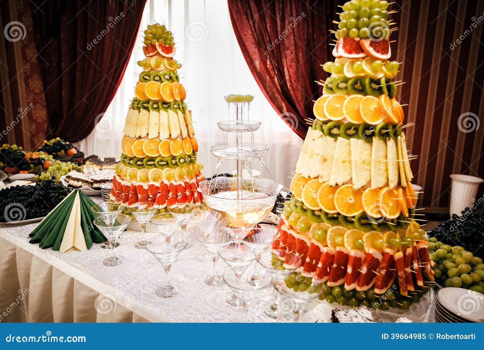 Fontaine Et D 233 Corations De Champagne De Fruit Sur La Table