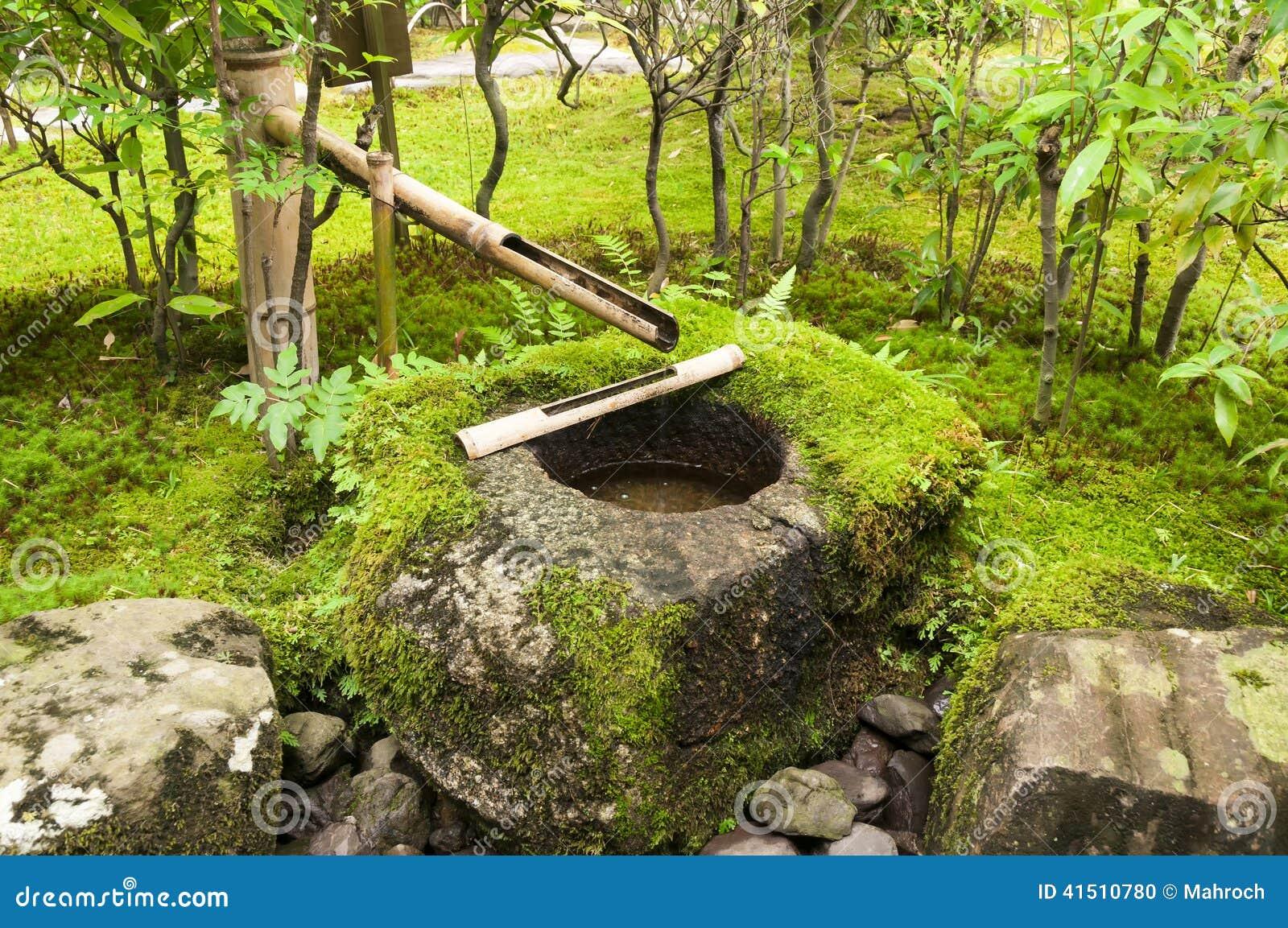 Fontaine japonaise de bambou de l 39 eau photo stock image for Meuble eau japonaise