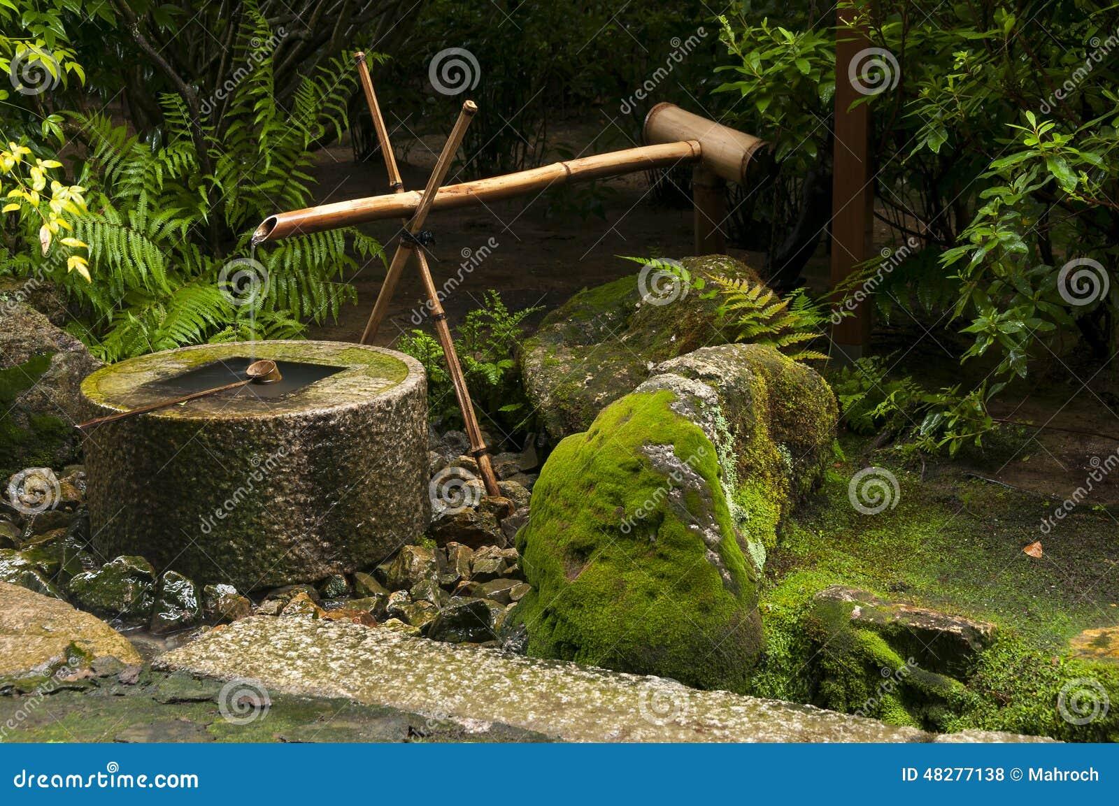 Fontaine japonaise de bambou de l 39 eau photo stock image for Fontaine asiatique jardin