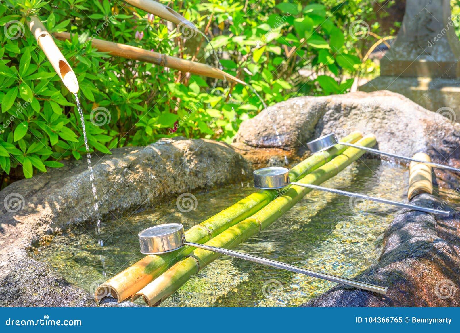 Fontaine japonaise de purification