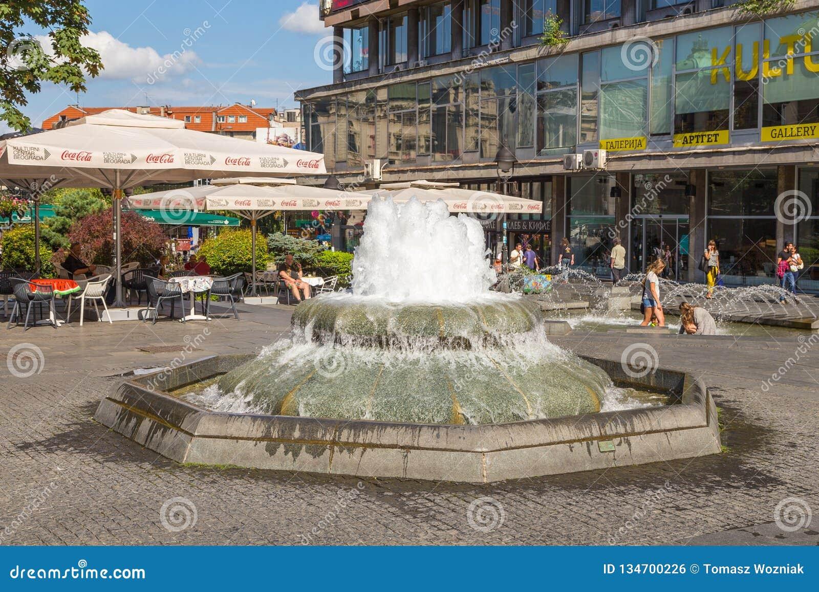 Fontaine sur la rue de Kneza Mihaila au centre de Belgrade, Serbie