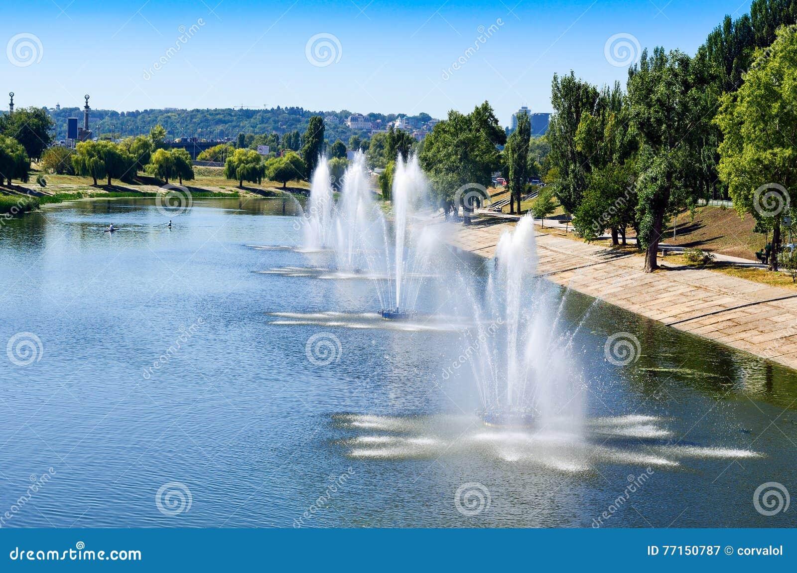 Fontaines dans le panorama de fontaines de Rusanovka de secteur de Kiev Kiev R-U
