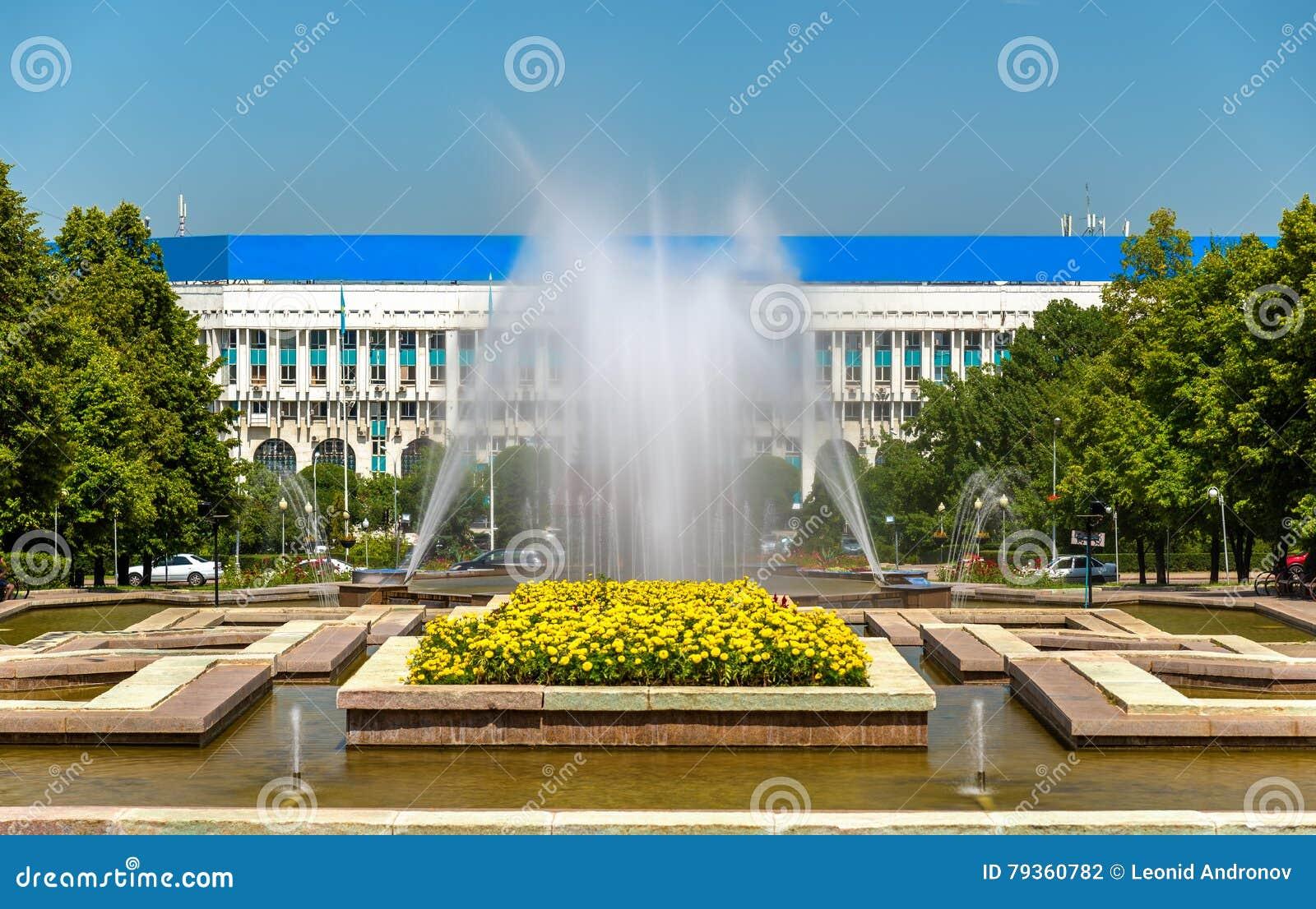 Fontana al quadrato della Repubblica a Almaty, il Kazakistan
