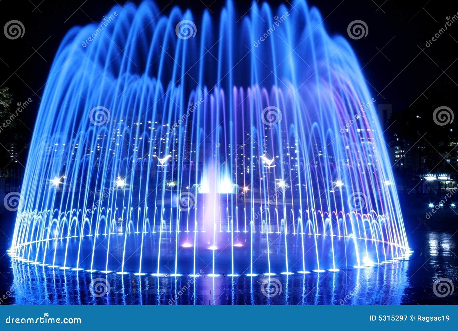 Download Fontana alla notte immagine stock. Immagine di luminoso - 5315297