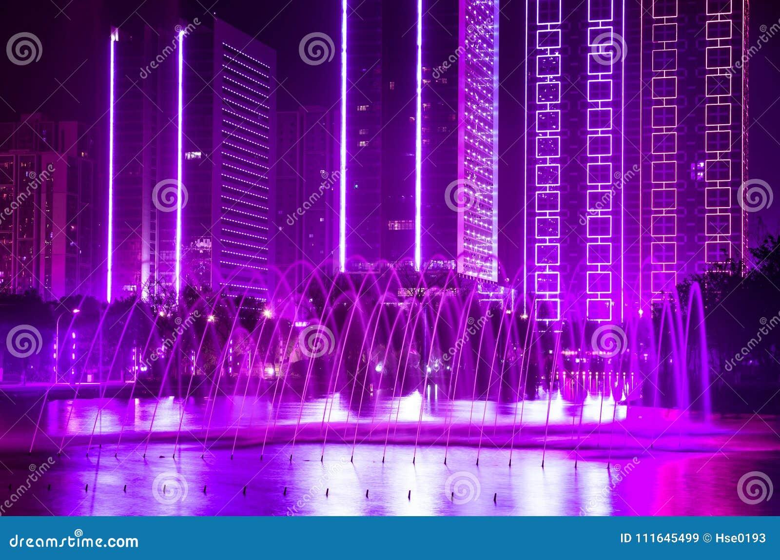 Fontana costruente con le luci decorative ultraviolette - Luci decorative ...