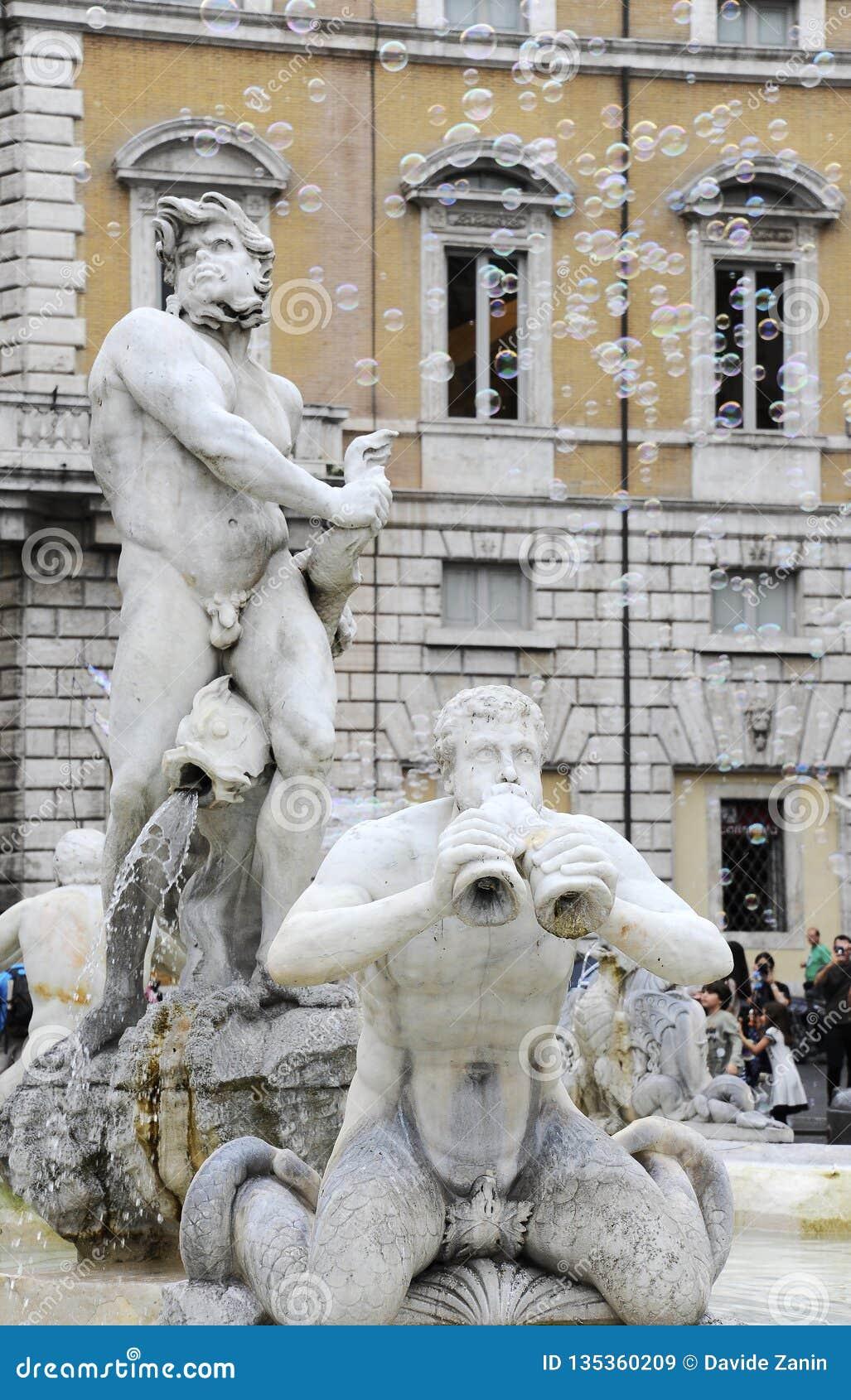 Fontana del Moro in Piazza Navona, Beroemd vierkant vulde met fonteinen in het hart van Rome, hoofdstad van Italië Zeepbels op