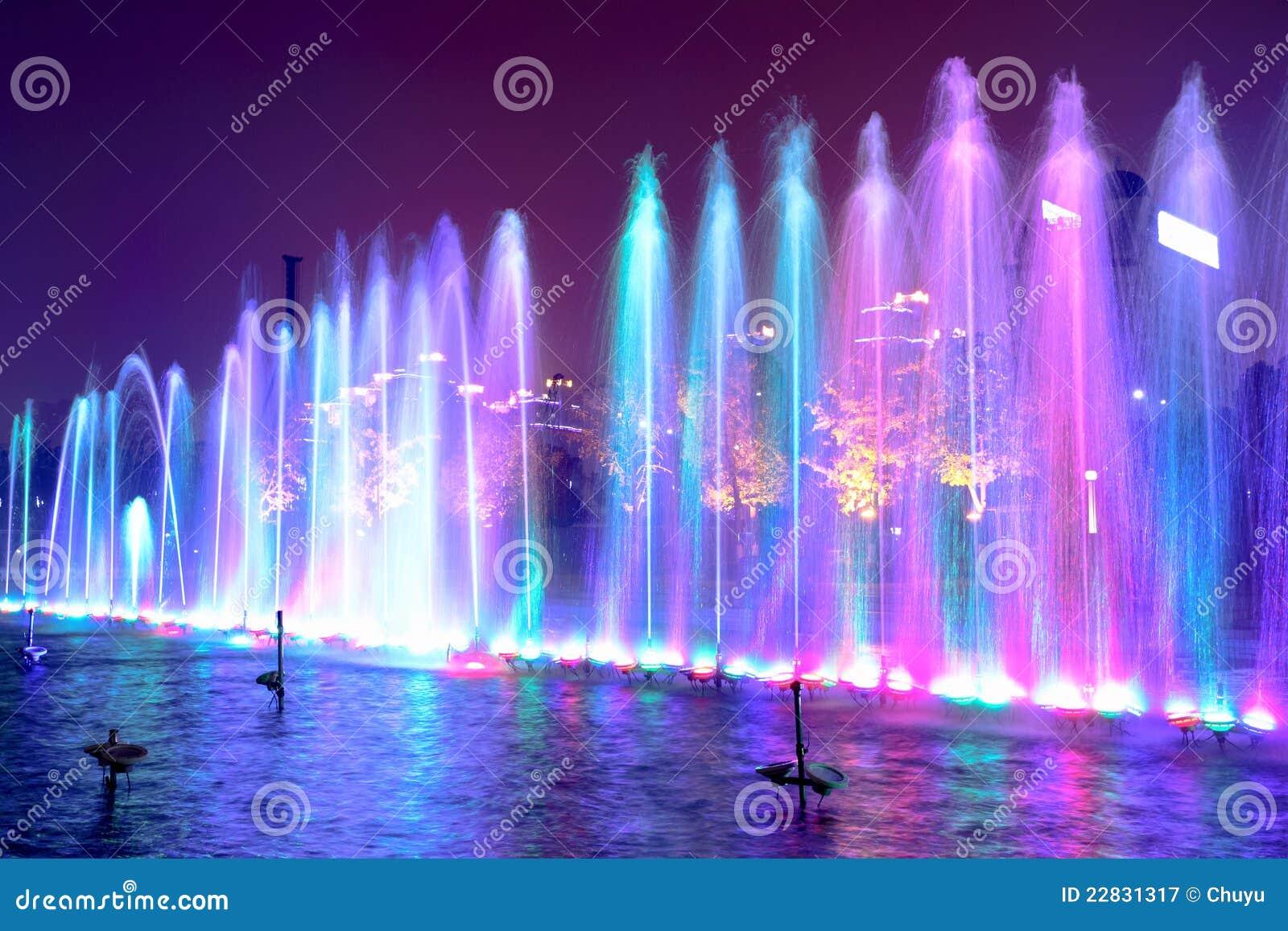 Fontana di acqua alla notte